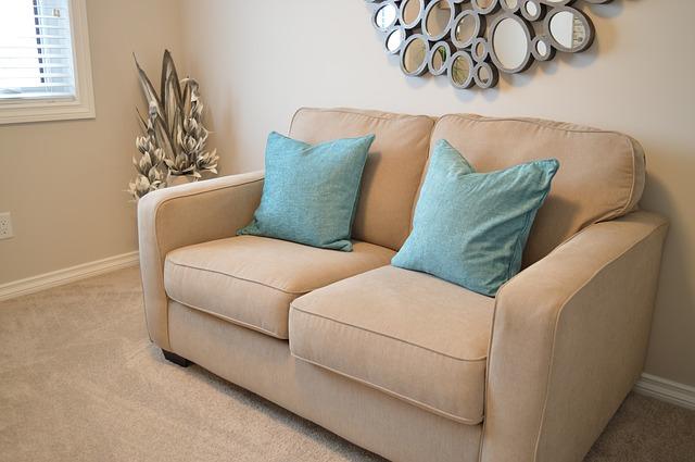gauč, modré polštářky