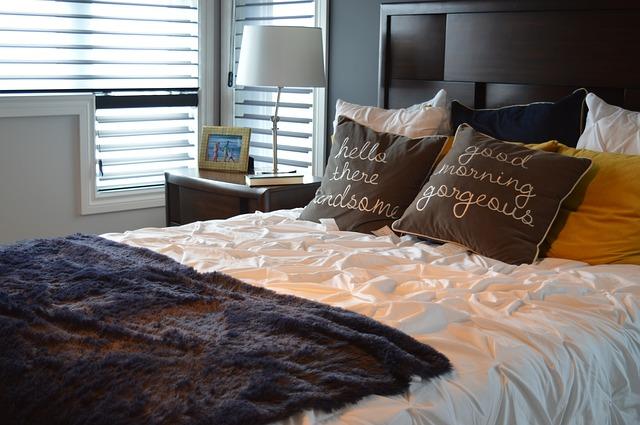 postel, kožešinka, polštářky