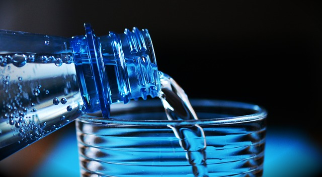 láhev vody a sklenice.jpg