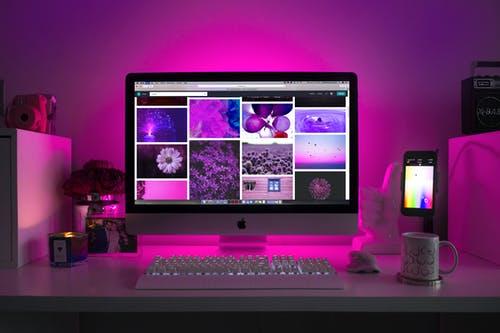monitor a fialové okolí